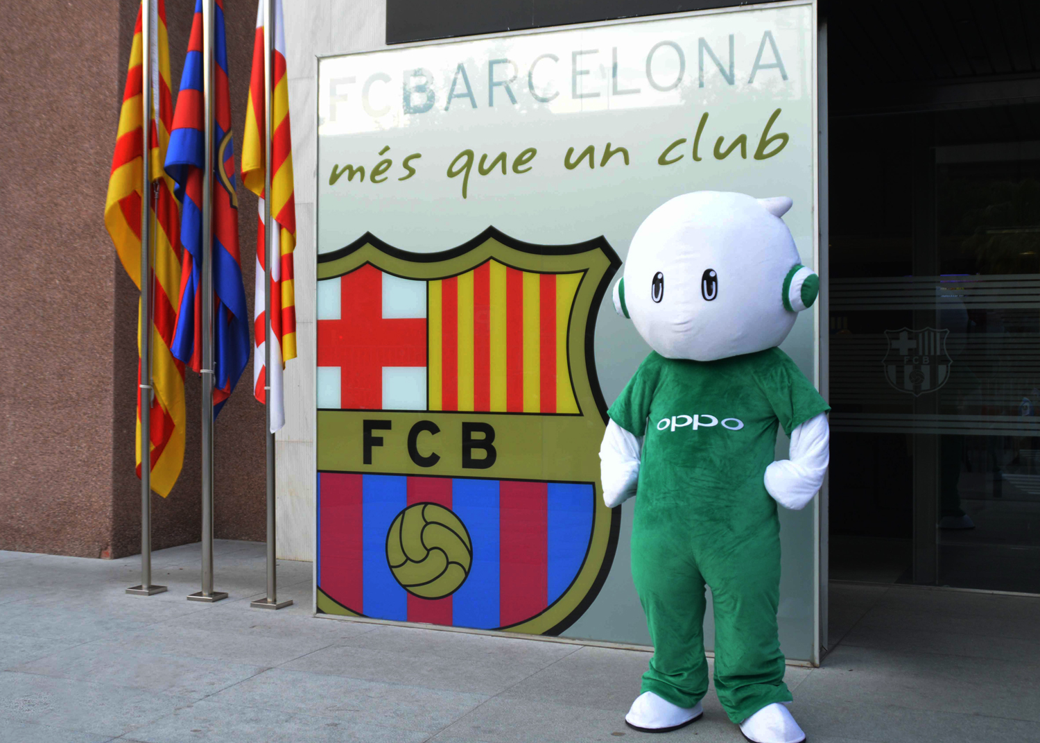 Ollie, the mascot of OPPO, stands alongside the FC Barcelona club.jpg